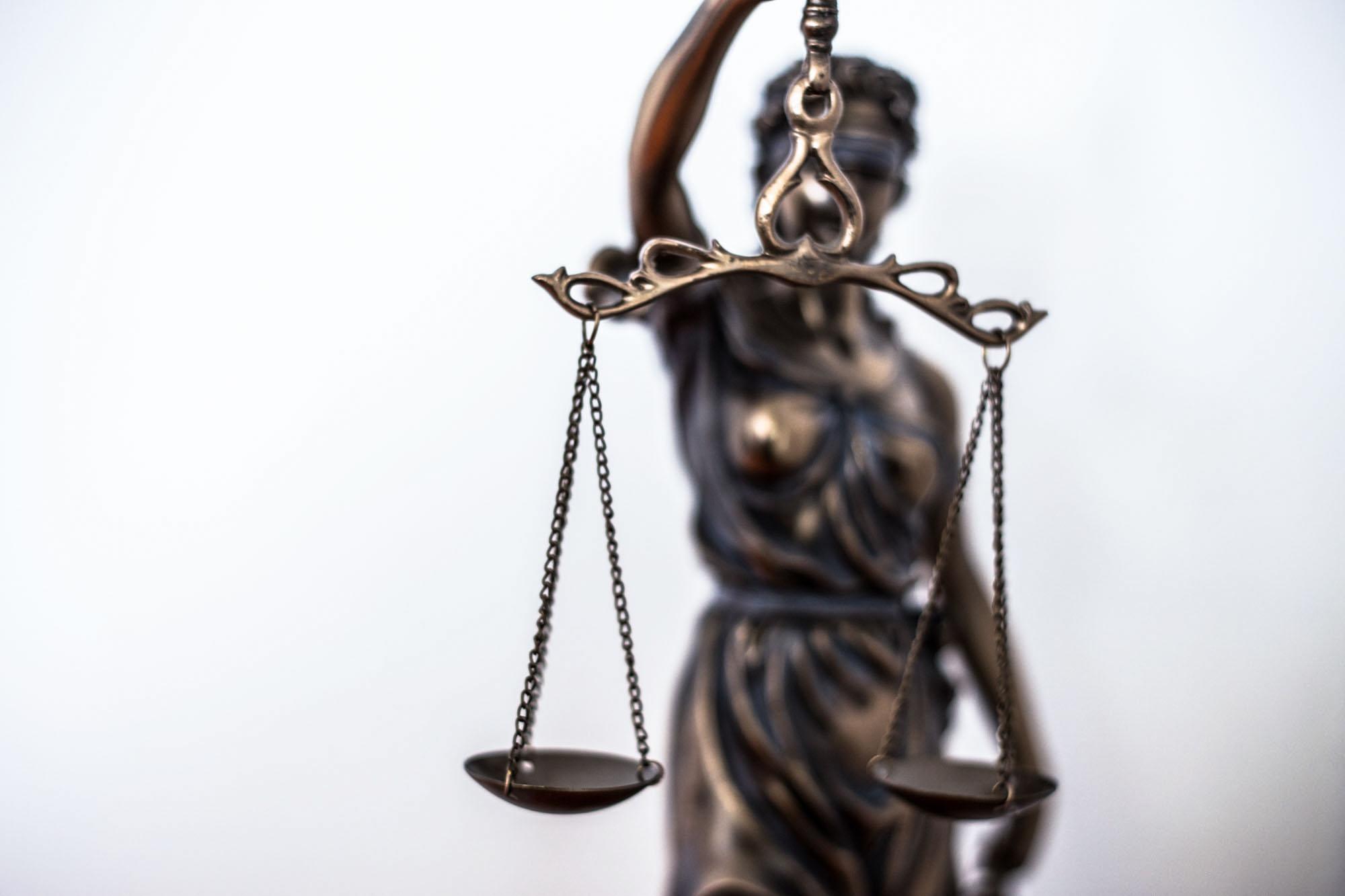 Statue der Lady Justice mit Waage der Gerechtigkeit