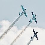Flugzeuge im Himmel mit Kondensstreifen