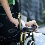 Alte Frau im Rollstuhl