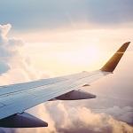 rechter Flugzeugflügel in der Luft