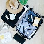 Offener Koffer mit Reisesachen eines Fluggastes