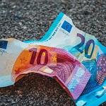 ein zerknüllter 10 und 20 Euro Geldschein